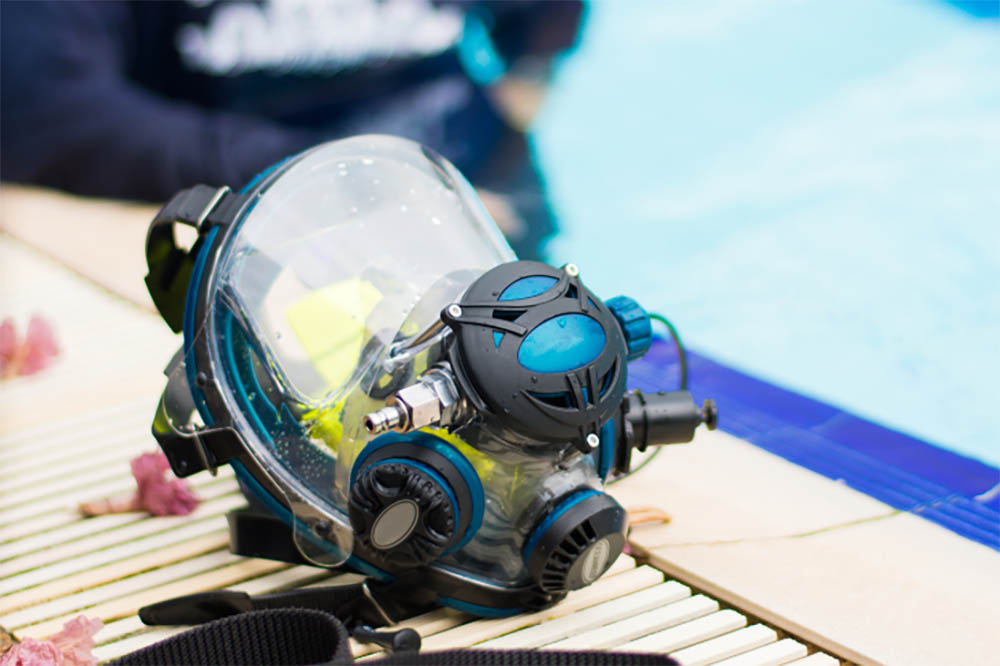 Scuba dive with a full face mask
